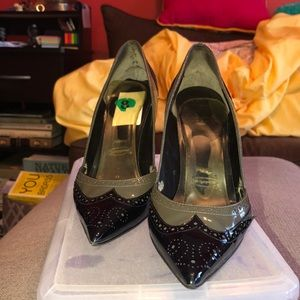 VERY WORN: BLACK GUESS HEELS